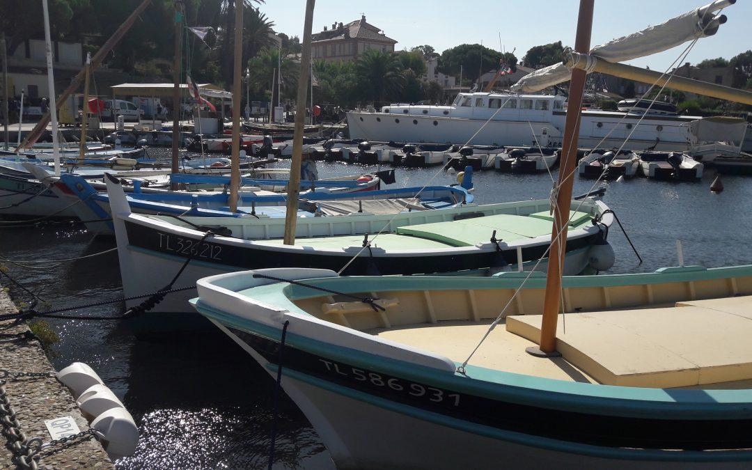port avec des bateaux sous le soleil