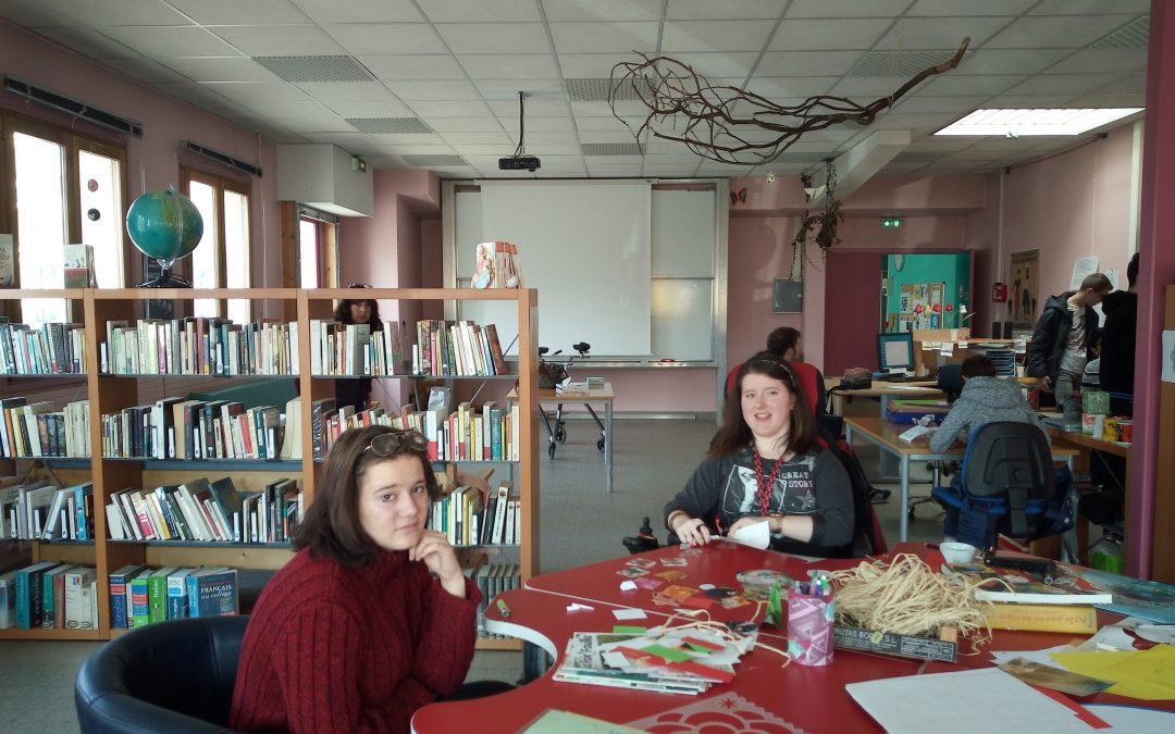jeunes effectuant des travaux manuels dans l'espace jeunes